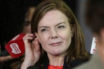 IMAGEM: Em carreata contra Bolsonaro, Gleisi defende impeachment