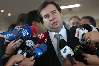 """IMAGEM: Decreto para acelerar privatizações é """"ilegal"""", diz Maia"""