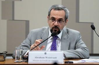 IMAGEM: Weintraub se refere à carteirinha digital de estudante no passado