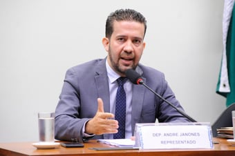 """IMAGEM: Deputado que chamou colegas de """"vagabundos"""" pede desculpas e é absolvido pelo Conselho de Ética"""