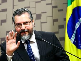 """IMAGEM: Ernesto Araújo diz que é preciso ver o """"copo meio cheio"""" em crise das vacinas"""