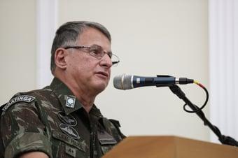 """IMAGEM: Em solenidade do Exército, Pujol afirma: """"Brasil acima de tudo"""""""