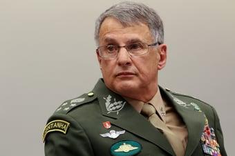 IMAGEM: Comandante do Exército quebra a perna após cair do cavalo