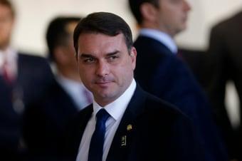 IMAGEM: Flávio Bolsonaro declarou à Receita 'doações em espécie' de R$ 733 mil para a mãe