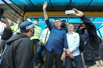 IMAGEM: Bolsonaro passa 1 hora acenando a caminhoneiros