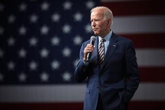 IMAGEM: Biden 52% x 42% Trump