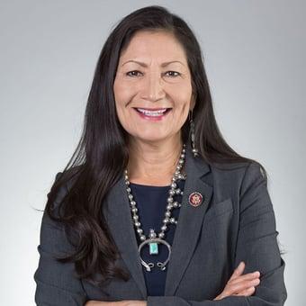 IMAGEM: Biden escolhe deputada indígena para chefiar Departamento do Interior