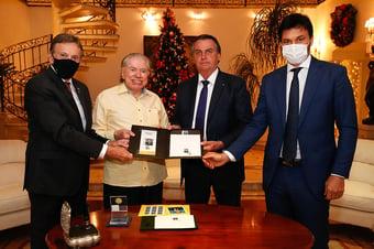 IMAGEM: Bolsonaro visita Silvio Santos em SP