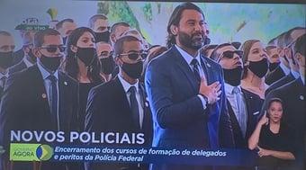 IMAGEM: A 'obrigação' de Bolsonaro e a pose de Léo Índio