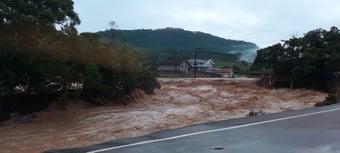 IMAGEM: Chuvas em Santa Catarina matam ao menos 7 pessoas