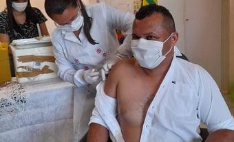 """IMAGEM: Prefeito fura fila da vacina no Piauí e justifica: """"Para incentivar as pessoas"""""""