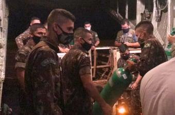 IMAGEM: Militares transportam oxigênio e vacinas para interior do Pará