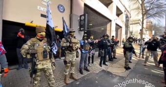 IMAGEM: Armados, manifestantes protestam no Capitólio da Virgínia
