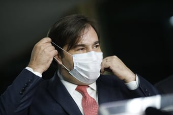 """IMAGEM: """"Bolsonaro consegue superar os delírios e os devaneios de Trump"""", diz Maia"""
