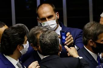 """IMAGEM: """"O vírus só frequenta atos conservadores, de direita"""", ironiza Eduardo Bolsonaro"""