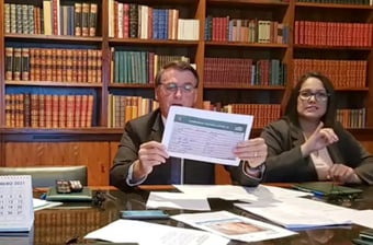 IMAGEM: Número de lote exibido por Bolsonaro indica que mãe recebeu Coronavac