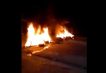 IMAGEM: Moradores de Ubatuba queimam pneus para barrar turistas