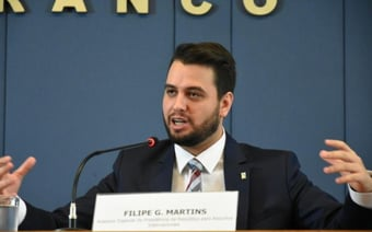 IMAGEM: Filipe Martins fez gesto com conotação racista no Senado, conclui investigação