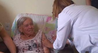 IMAGEM: Mãe de Bolsonaro toma 2ª dose da Coronavac