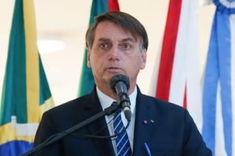 IMAGEM: Bolsonaro sanciona MP que dispensa licitação para compras relacionadas à Covid