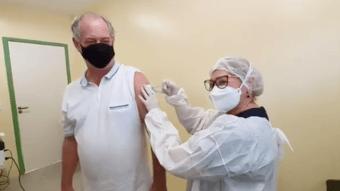 IMAGEM: Ciro Gomes recebe a primeira dose da vacina
