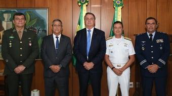 IMAGEM: Bolsonaro diz que PT politizou as Forças Armadas