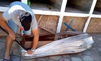 IMAGEM: Vereador petista abre caixão para 'provar' que homem não morreu de Covid