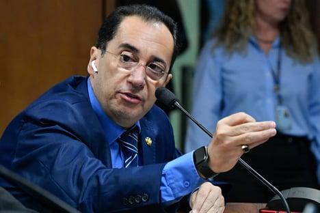 """""""Quem é acusado de corrupção é Flávio Bolsonaro"""", diz Kajuru sobre representação do filho do presidente"""
