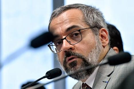 Randolfe pede afastamento e prisão de Weintraub