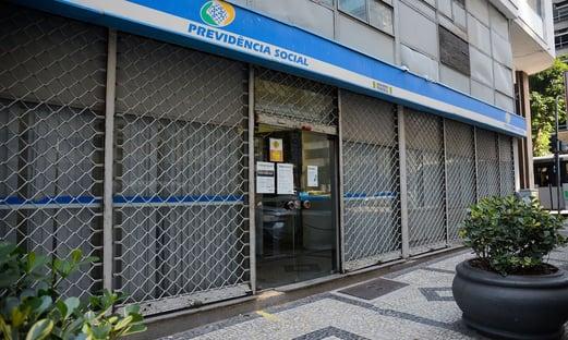 Com avaliações médicas suspensas, INSS anuncia mais rigor em pedidos de BPC de pessoas com deficiência