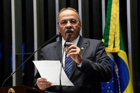 Senador flagrado com dinheiro nas nádegas assina CPI da Covid