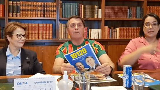 """Bolsonaro pede votos para Carlos: """"Vai continuar me ajudando aqui em Brasília"""""""