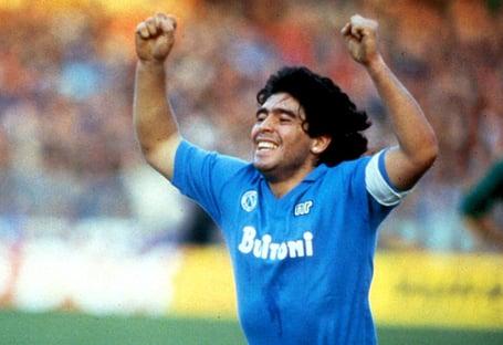 Estádio receberá nome de Maradona, diz prefeito de Nápoles