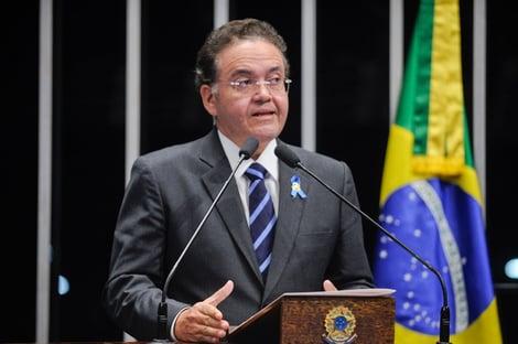 Senador tucano diz que derrota do candidato de Dino em São Luís desnudou o rei