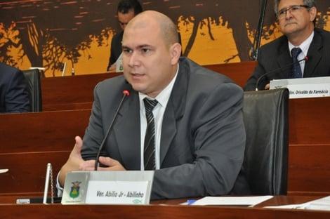 """""""O atual prefeito apareceu colocando dinheiro no paletó e foi reeleito"""""""