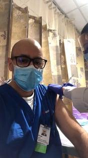 """""""É um ato de cidadania"""", diz cirurgião brasileiro vacinado em Nova York"""