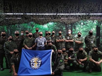 Site do Exército desenha digitalmente máscaras em foto de militares