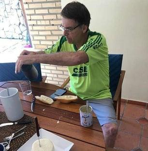 Bolsonaro: leite condensado é para enfiar no rabo da imprensa