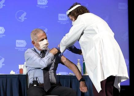 Eficácia da vacina da Moderna cai de 94,1% para 90% em novo estudo