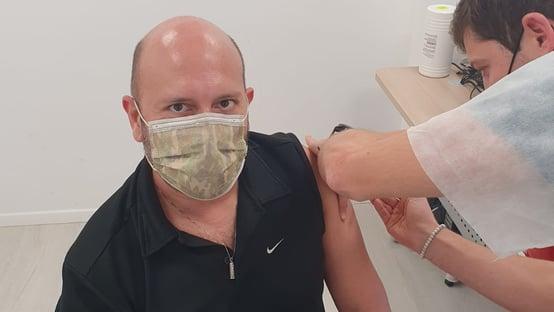 Advogado brasileiro é vacinado em Israel, que já imunizou 1,2 milhão de pessoas