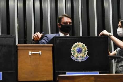 Flávio Bolsonaro é o fiador da libertação de Daniel Silveira