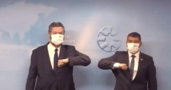 Em Israel, Ernesto leva chamada para usar máscara