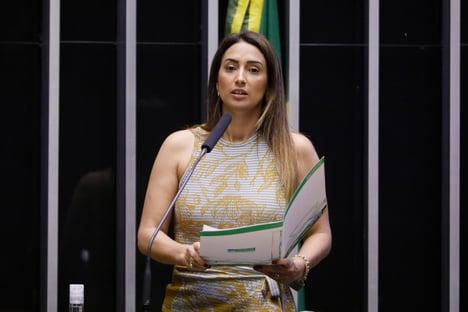 Randolfe quer convocar Flávia Arruda à CPI da Covid