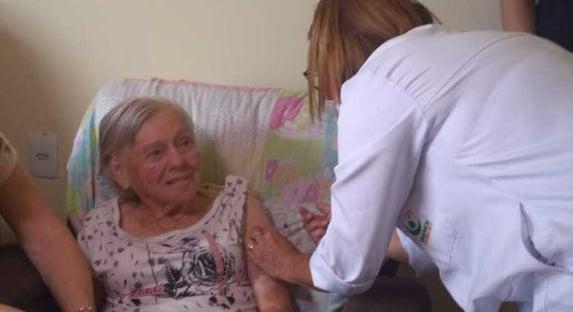Mãe de Bolsonaro toma 2ª dose da Coronavac