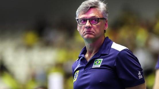 Técnico da seleção masculina de vôlei é intubado
