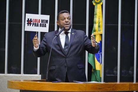 No dia em que foi à PF, deputado ocupa tribuna para defender Bolsonaro e provocar Lula
