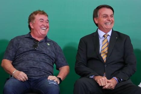 Enquanto Wajngarten conversava com a Pfizer, Bolsonaro estava com Amado Batista