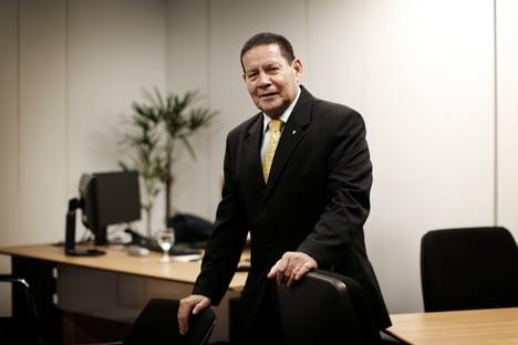 Bolsonaro ignora os generais