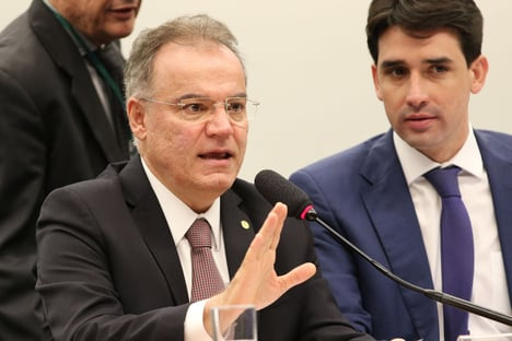 Samuel Moreira vê Maia como bom nome, mas reconhece que Constituição veda reeleição