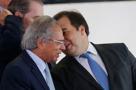 Guedes acusa Maia de acordo com a esquerda contra privatizações, e Maia o chama de desequilibrado